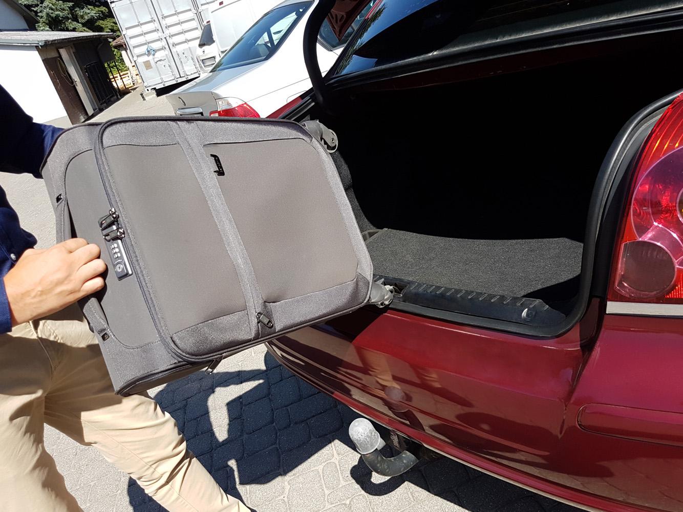 Zarysowanie zderzaka taksówki bagażem