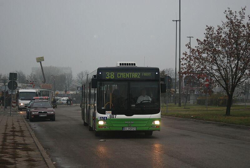 Specjalny autobus dojeżdżający na cmentarz.