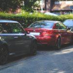 Zarysowane lub uszkodzone auto na parkingu – co zrobić