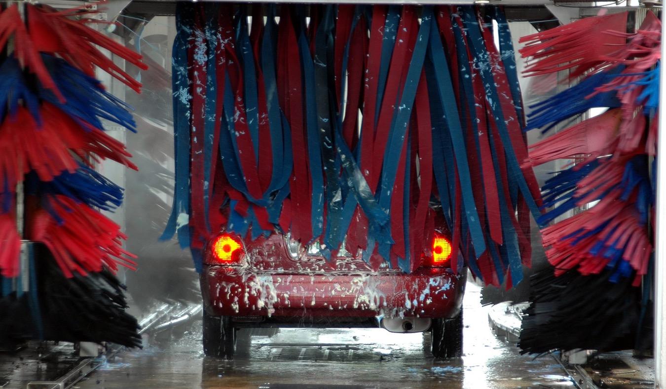 Auto w myjni automatycznej